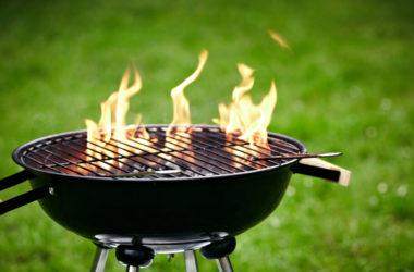 Kugelgrill mit hohen Feuerflammen