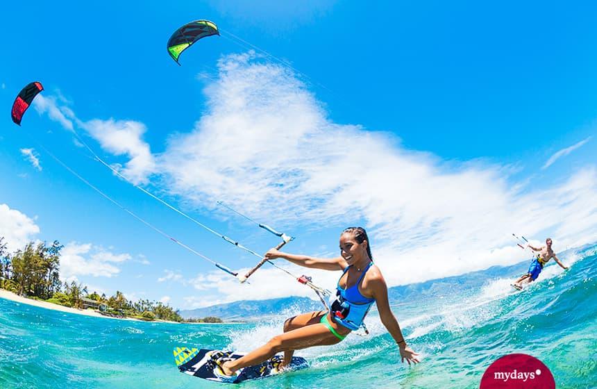 Zwei Menschen beim Kitesurfen