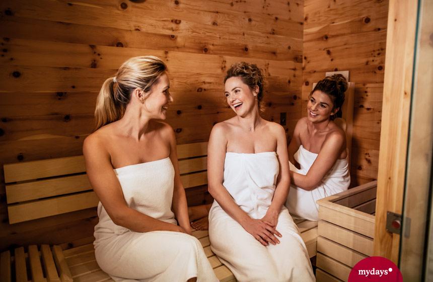 Drei Freundinnen in der Sauna