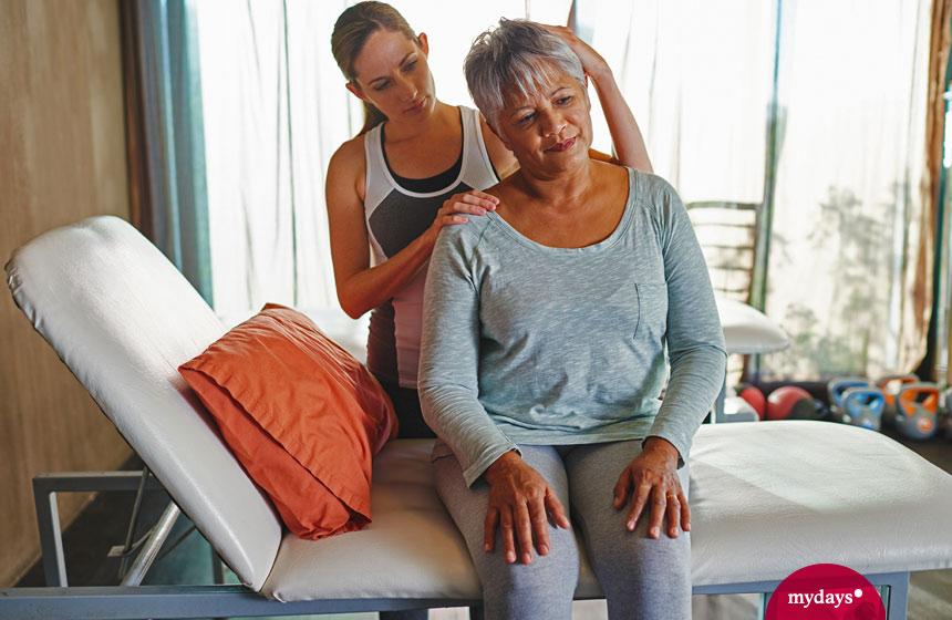 Frau mit Physiotherapeutin bei medizinischer Massage